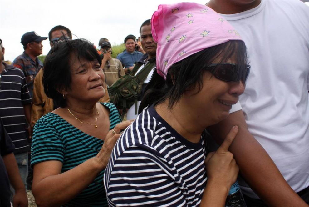 8) Друзья и родственники скорбят на месте трагедии. Президент Филиппин Глория Макапагал-Арройо объявила среду днем национального траура.