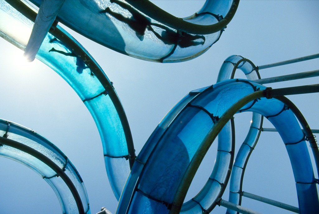 8. Любители отдыха веселятся на горках с невероятными изгибами в Израильском аквапарке. Этот аттракцион помогает туристам, отдыхающим на берегах Тивериадского озера, охладиться в жаркий денек. (James Stanfield)