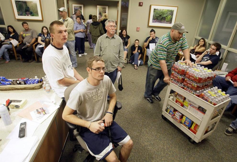8. Доставка провизии добровольцам, ожидающим своей очереди, чтобы сдать кровь, в пункте приема крови в госпитале «Скотт и Уайт» в Темпле, Техас, в четверг. (Tony Gutierrez / AP)