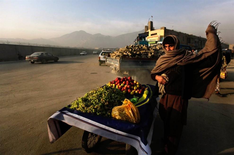 9. Придорожный торговец в Кабуле 4 ноября. (Gemunu Amarasinghe / AP)