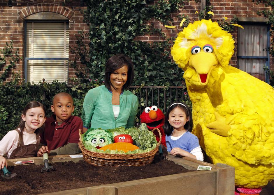 9. Первая леди США Мишель Обама с персонажами «Улицы Сезам». Мишель Обама – четвертая первая леди, появившаяся в телешоу.