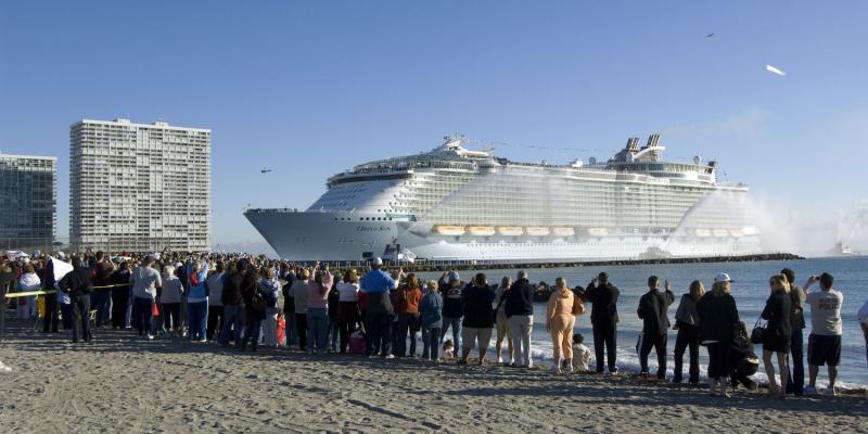 9. Новейший круизный лайнер компании «Royal Caribbean International» «Оазис морей» заходит в Порт Эверглйэд, штат Флорида, 13 ноября 2009 года. (UPI/Joe Marino-Bill Cantrell)