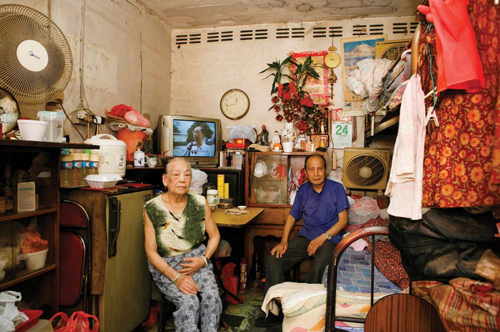 10. 82-летняя Тэм Кинг (слева) живет в Шек Кип Мей 25 лет. Она работает в магазине компьютерного обеспечения. Больше всего в этом месте ей нравится удобное месторасположение. (Michael Wolf/ New York Times Lens)