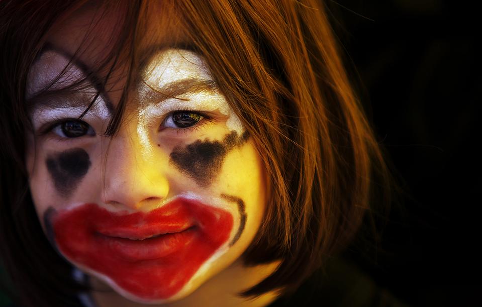 9) Палестинская девочка с разрисованным лицом во время мероприятия, организованного ЮНИСЕФ в честь 20-й годовщины принятия Конвенции о правах ребенка, в Рамалле, на Западном берегу. (Muhammed Muheisen/Associated Press)