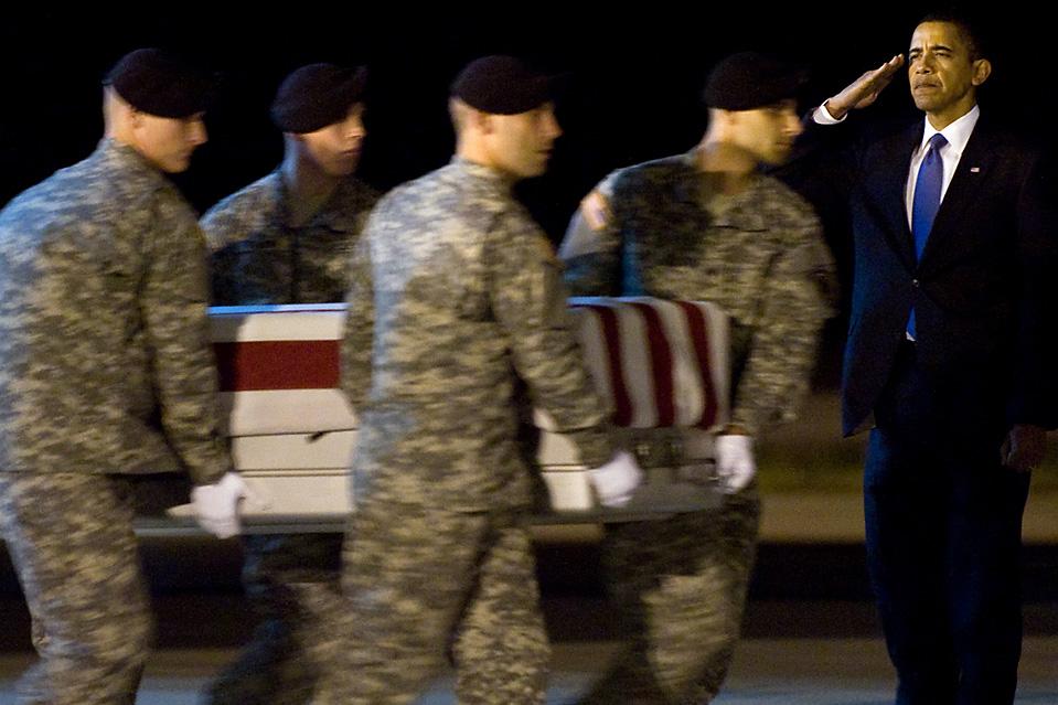 9) Президент США Барак Обама салютует во время  передачи останков сержанта Р. Дейла Гриффина на базе ВВС Довер в штате Делавэр в четверг. Г-н Обама отправился на базу, чтобы встретить самолет с телами 18 американских военнослужащих, которые погибли в Афганистане в понедельник. (Saul Loeb / AFP / Getty Images)