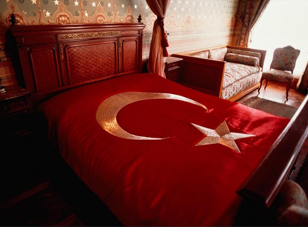 9. Яркое покрывало с вышитым турецким флагом украшает кровать, на которой в 1938 году умер первый президент Турции Мустафа Кемаль Ататюрк. Теперь эта комната является частью выставки в королевском дворце Dolmabahçe в Стамбуле. (Steve McCurry)