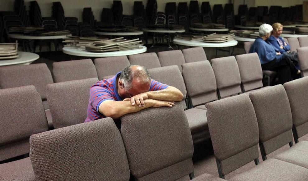 9. Дик Чапин – служащий в отставке – молится за тех, кто погиб во время стрельбы в Форт-Худ в четверг в баптистской церкви в Киллине, Техас. (Edward A. Ornelas / Zuma Press)