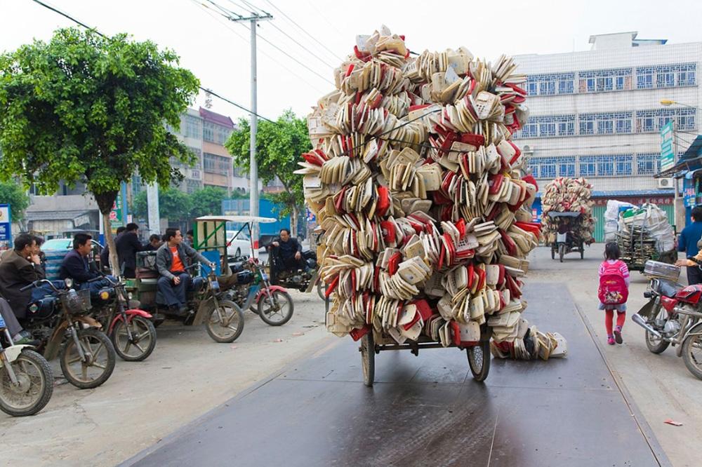 9) Груженный корпусами от телефонов трёхколёсный велосипед.