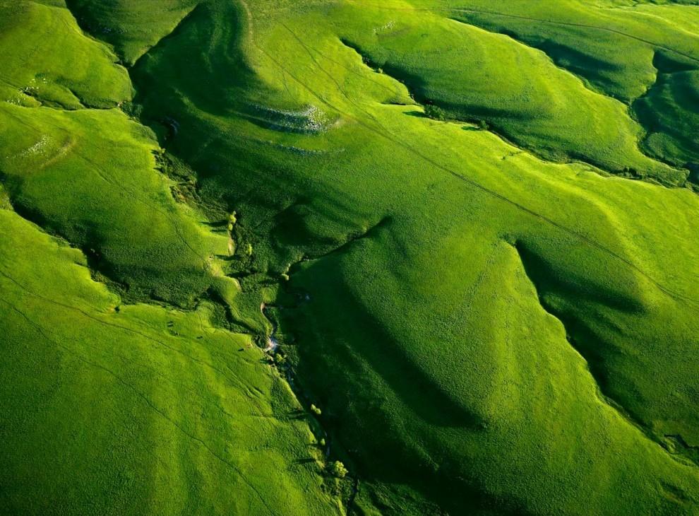 10. Долины изрезали Канзасский Тексако Хилл – часть Национального заповедника Толлграсс Прерии. Когда-то прерии занимали более 57 миллионов гектар земли, но сейчас более 95% территорий прерий исчезли. (Jim Richardson)