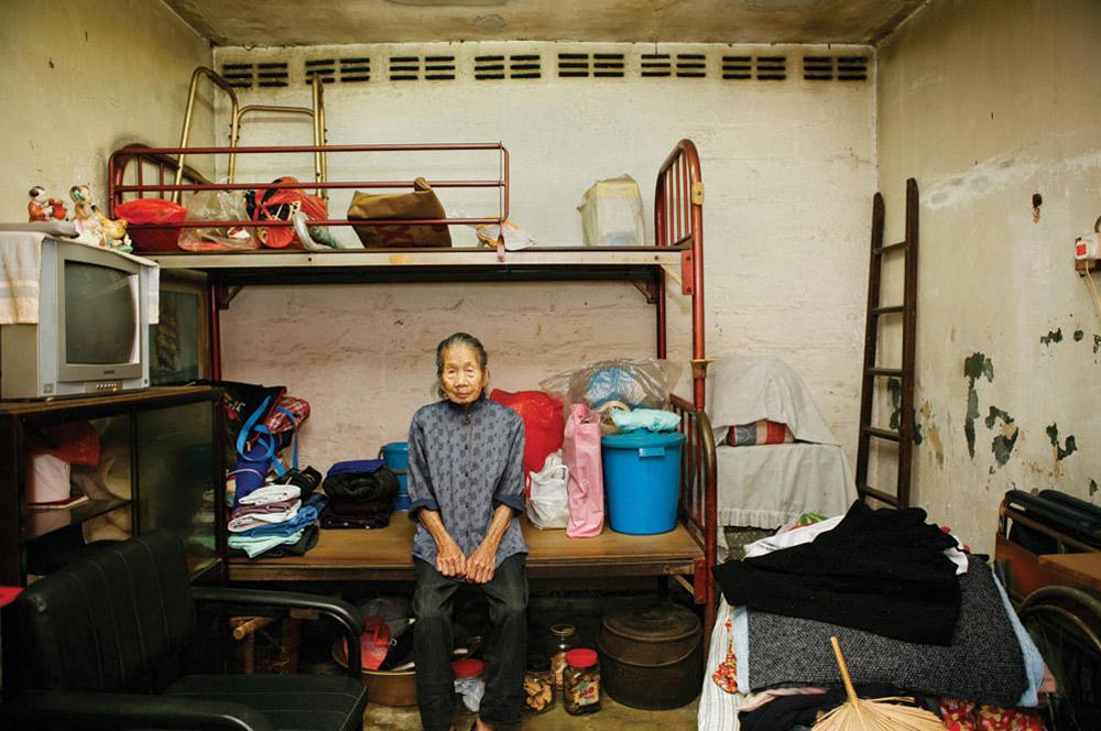 9. 96-летняя Ло Йинг прожила здесь 30 лет. Она работает уборщицей. Больше всего в этом месте ей нравятся милые и сочувствующие соседи. (Michael Wolf/ New York Times Lens)