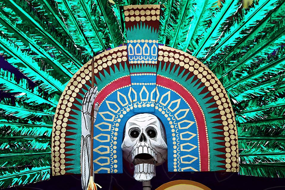 10) Британский музей открыл алтарь-инсталляцию «День мертвых» мексиканской художницы Адрианы Амайи, в среду в Лондоне. (Dan Kitwood / Getty Images)