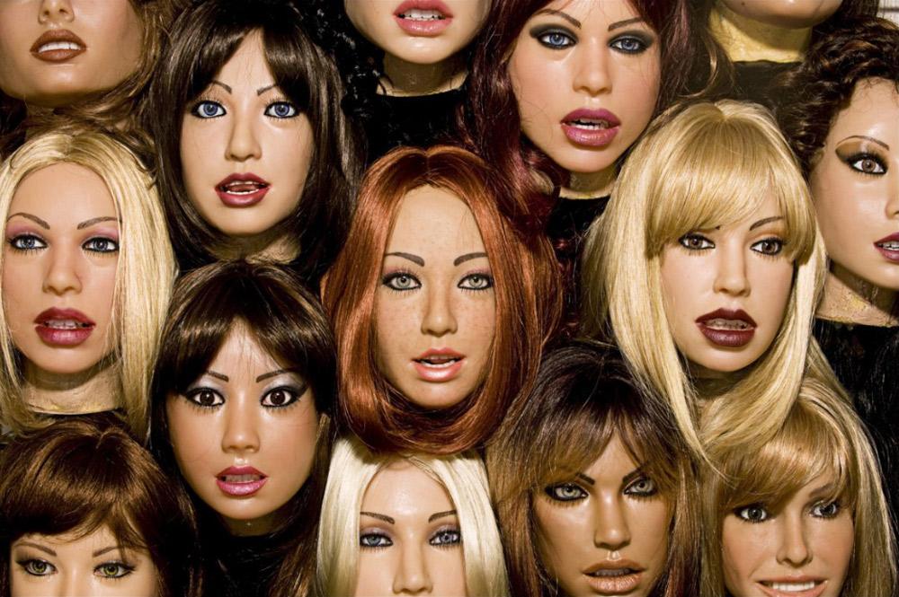 10. Клиенты «Abyss Creations» могут выбрать одно из 16 различных лиц и пяти оттенков кожи. Также доступны улыбающиеся лица и лица с закрытыми глазами. Лица взаимозаменяемы, а парик также можно сменить.
