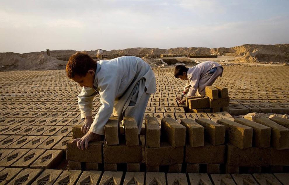 10. 7-летний Роман сортирует кирпичи на кирпичном заводе компании «Sadat Ltd. Brick», где он работает каждый день с 8 утра до 5 вечера. (Paula Bronstein, Getty Images)