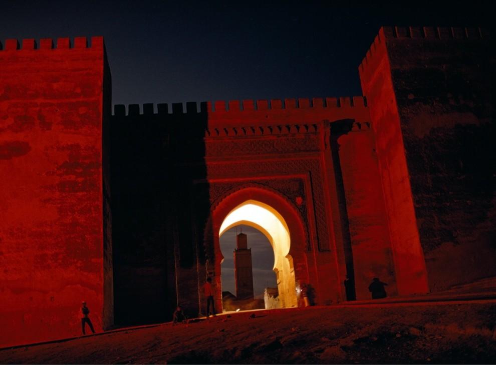 10. Мерцающая арка в виде замочной скважины и пыльные красные стены обрамляют минарет Аль Бердаин в Мекнесе, Марокко. Освещение арки также символизирует полумесяц – один из традиционных символов ислама. (Thomas J. Abercrombie)