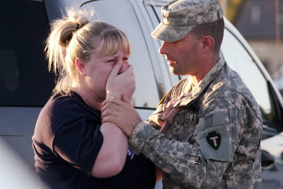 10. Сержант Энтони Силлс (справа) успокаивает свою жену у военной базы Форт-Худ недалеко от Киллина, Техас, в четверг. (Jack Plunkett / AP)