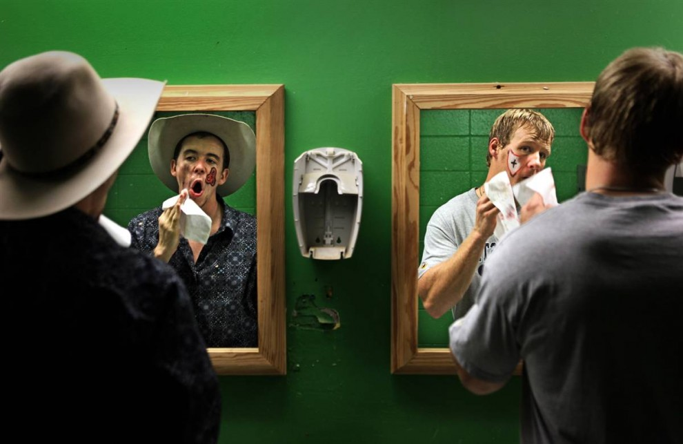 11. Ян Мэтс (слева) и Пол Скаггс смывают краску с лица после родео в государственном университете Мюррей. Скаггс – профессиональный клоун на родео. (Neil Blake / The Mountain Workshops)