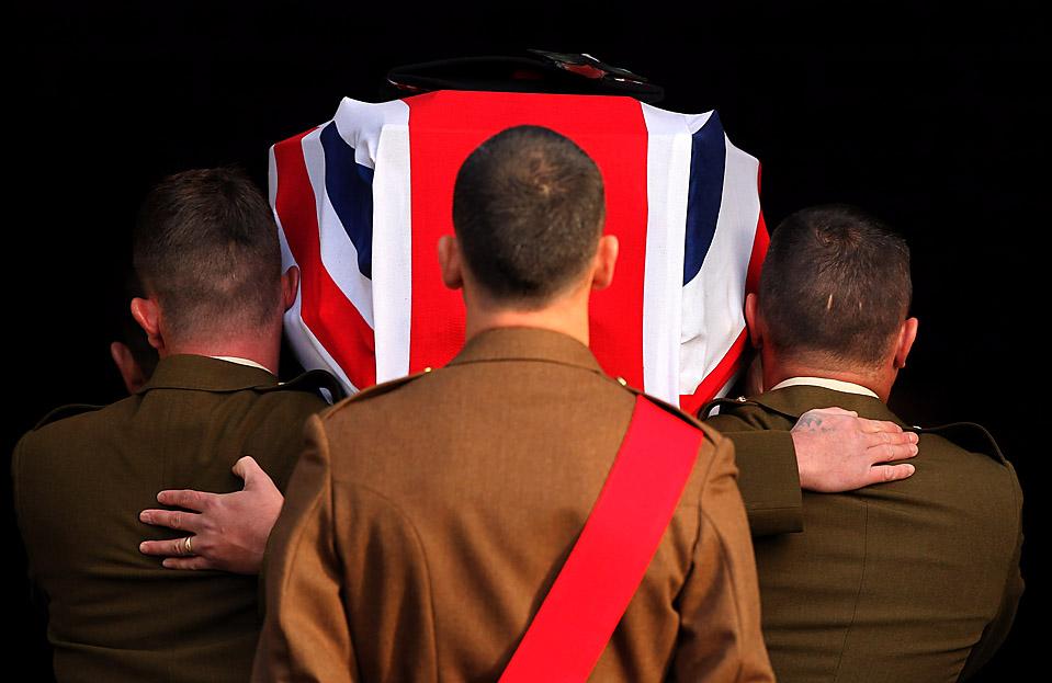 1) Гроб капрала Томаса Мэйсона несут в церковном приходе Тринити в Кауденбит, Шотландия. Капрал погиб от взрыва самодельного взрывного устройства в афганской провинции Кандагар 15 сентября. (Jeff J. Mitchell/Getty Images)
