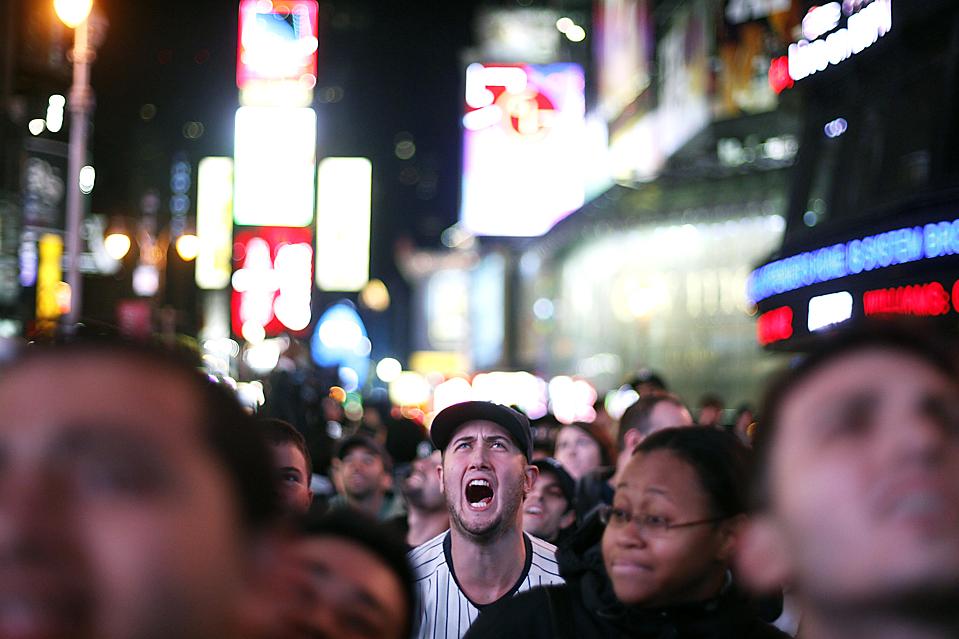 2) Фанат на Таймс-сквер в Нью-Йорке в среду вечером после того, как команда «New York Yankees» победила «Philadelphia Phillies» в игре 6 World Series. (Lucas Jackson/Reuters)