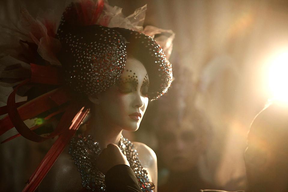 3) Модель готовится к выходу на подиум во время Китайской Недели моды в Пекине. (Elizabeth Dalziel/Associated Press)