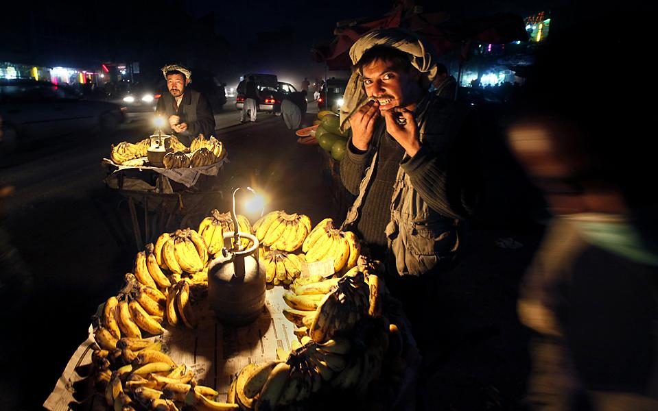 4) Торговцы фруктами в ожидании покупателей в Кабуле. (Gemunu Amarasinghe/Associated Press)