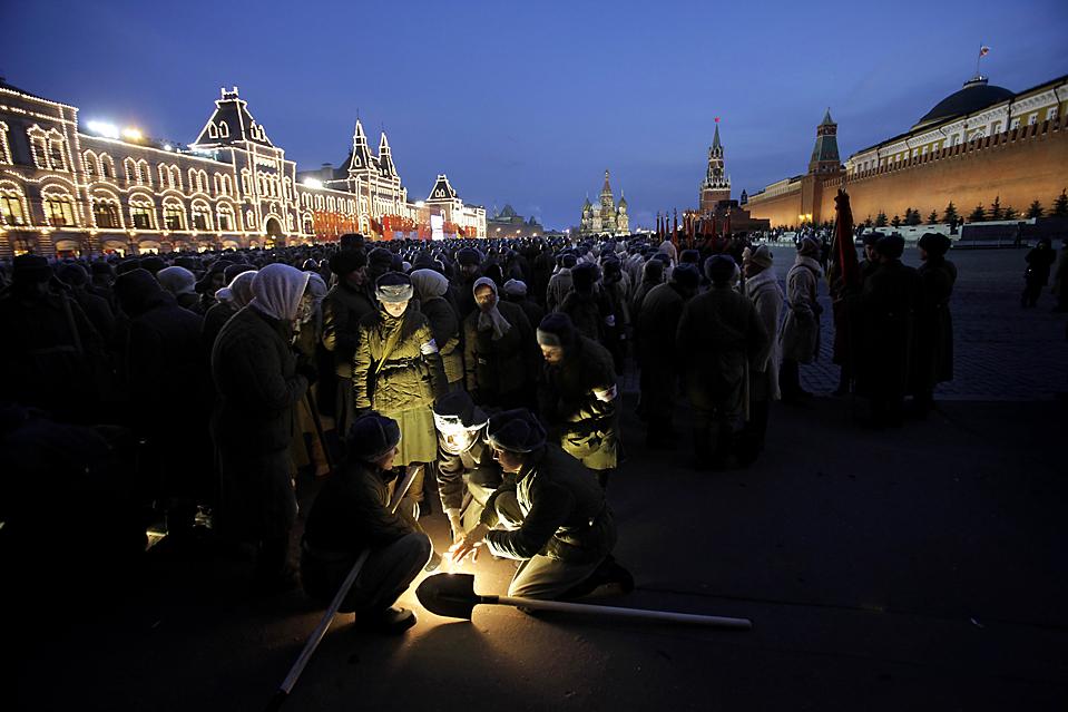 5) Люди в форме времен Великой Отечественной войны ждут на Красной площади в Москве начала репетиции парада в ознаменование 68-й годовщины парада, с которого военные отправились на фронт. (Alexander Zemlianichenko/Associated Press)