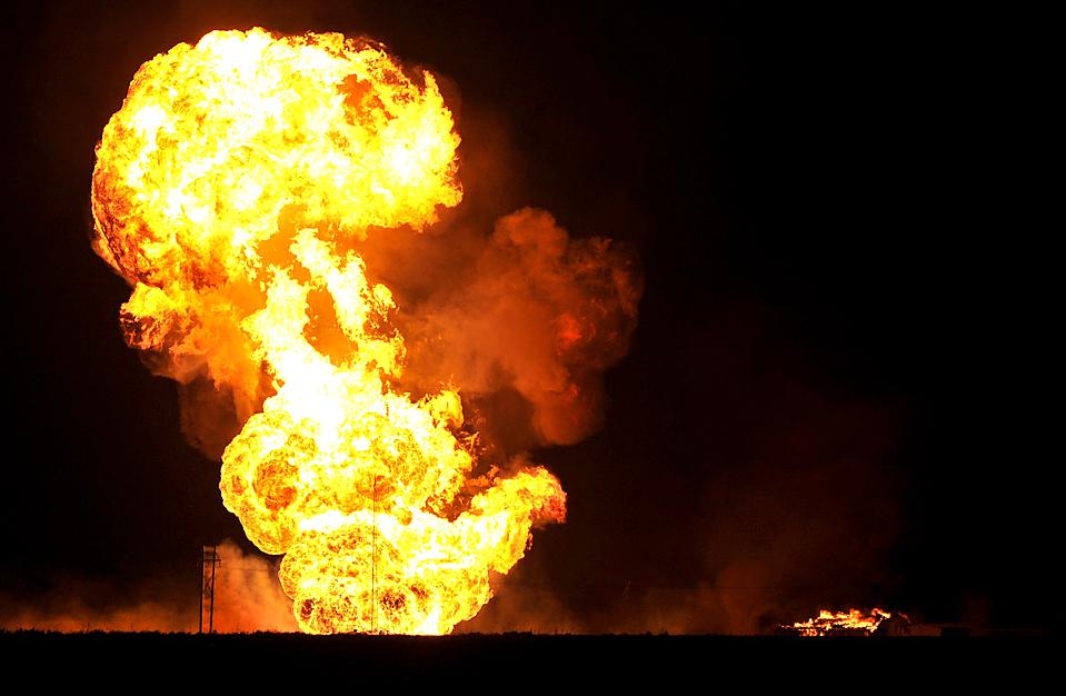 7) Высота пламени после взрыв газопровода в городе Бушланд, штат Техас, рано утром в четверг достигала 120 метров. (Michael Schumacher/Amarillo Globe-News via Associated Press)