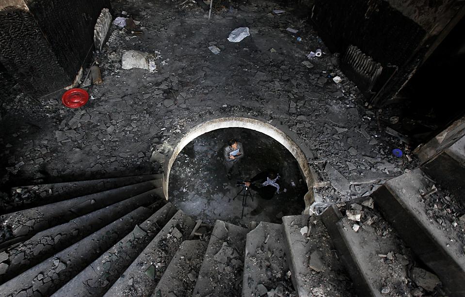 8) Должностное лицо Организации Объединенных Наций посетил гостиницу, уничтоженную на прошлой неделе после нападения талибов, во время которого были убиты пять сотрудников ООН. ООН в четверг заявили, что вынуждены пойти на временное перемещение более половины своих сотрудников в Афганистане. (Gemunu Amarasinghe/Associated Press)