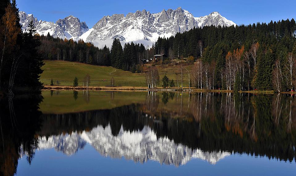 9) Заснеженные Альпы в горнолыжном австрийском курорте Китцбюэль отражаются в одноименном озере. (Kerstin Joensson/Associated Press)