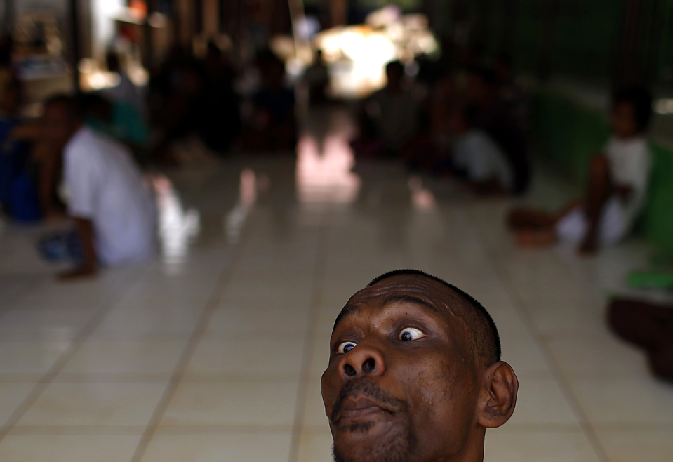 12) Психически больной участвует в терапевтическом сеансе в больнице Фонда Галух в Ист Бекаси, на окраине Джакарты, Индонезия. В этом заведении содержатся психические больные лишённые средств к существованию. (Beawiharta/Reuters)