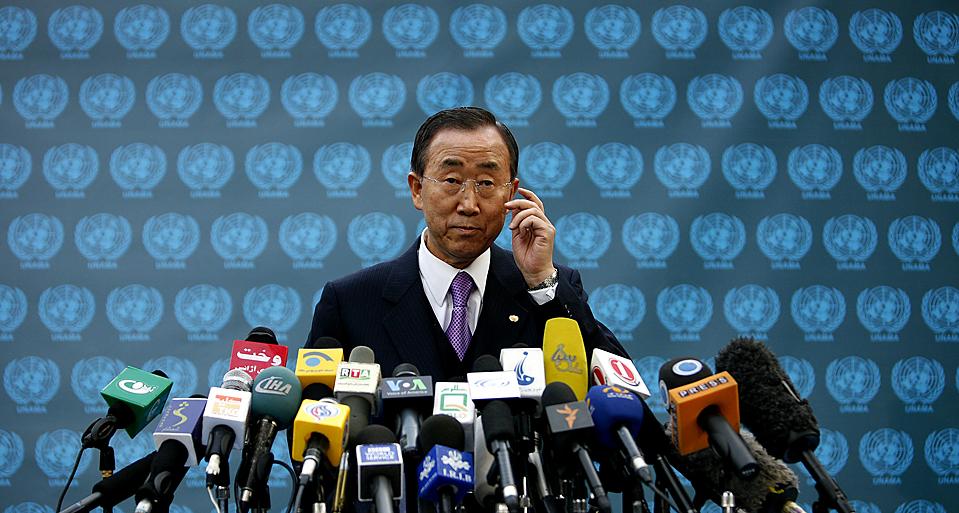 5) Генеральный секретарь ООН Пан Ги Мун во время своего обращения к СМИ в Кабуле, в ходе своего визита в Афганистан. Страна отменила второй тур выборов, и Хамид Карзай стал президентом после демонстративного отказа от участия в них соперника господина Карзая. (Jerry Lampen/Reuters)