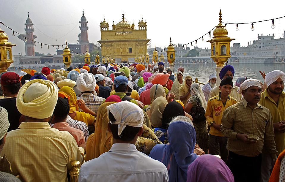 11) Сикхи собрались вокруг Золотого храма, чтобы отпраздновать 541 лет со дня рождения Гуру Нанака, основавшего религию сикхов. Снимок сделан в индийском городе Амритсар. (Prabhjot Gill/Associated Press)