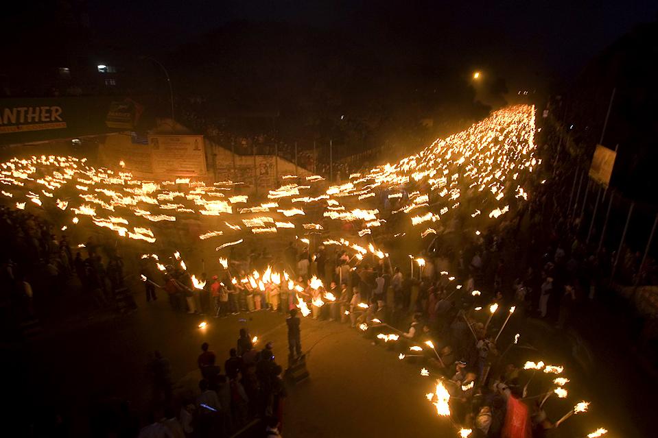 12) Активисты запрещенной маоистской компартии Непала собрались в Катманду чтобы выразить общенациональный протест, направленный на свержение правительства. (Gopal Chitrakar/Reuters)