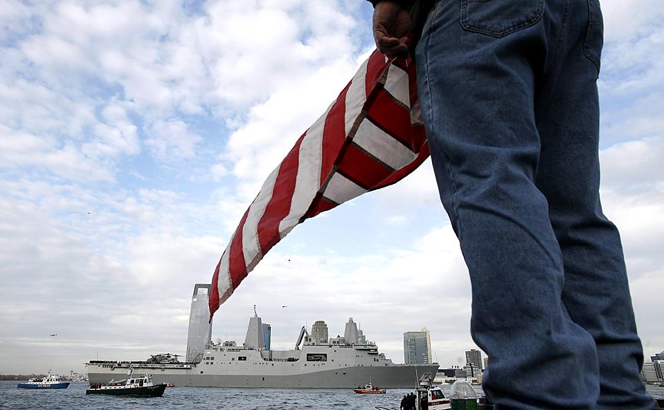 14) Новый корабль ВМС США Нью-Йорк, на строительство которого пошла сталь из небоскребов Всемирного торгового центра, прибыл в город, именем которого назван. Корабль дал залп из 21 орудия в память погибших неподалеку от места террористического акта 2001. (Shannon Stapleton/Reuters)