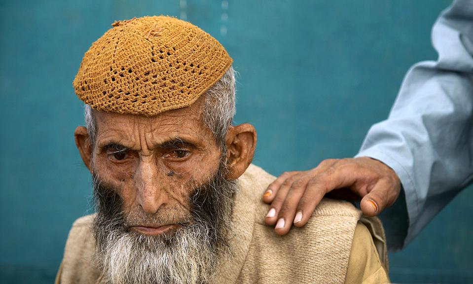 1)  Бостан Ханр, беженец, покинувший территорию южного Вазиристана, где сейчас проходит военное наступление, ждет медосмотра в полевом армейском госпитале в Дера Исмаил Хан, Пакистан. Представитель талибов опроверг сообщения об успехах пакистанских военных и сказал: «Мы готовы к длительной войне». '(Akhtar Soomro/Reuters)