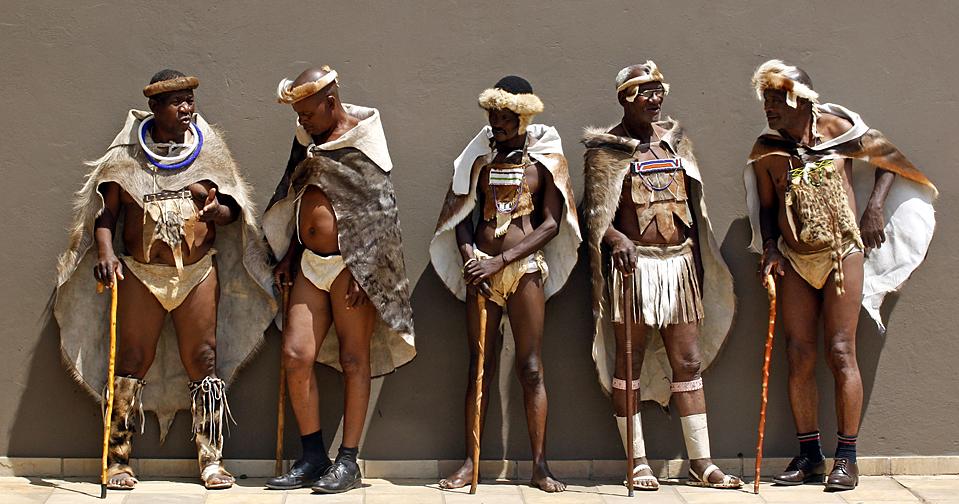 7) Делегаты в традиционной одежде прибыли на открытие Института африканской королевской власти в Йоханнесбурге. Короли, королевы и лидеры африканских государств полагают, что новооткрытый институт сыграет важную роль в развитии демократии на континенте. (Themba Hadebe/Associated Press)