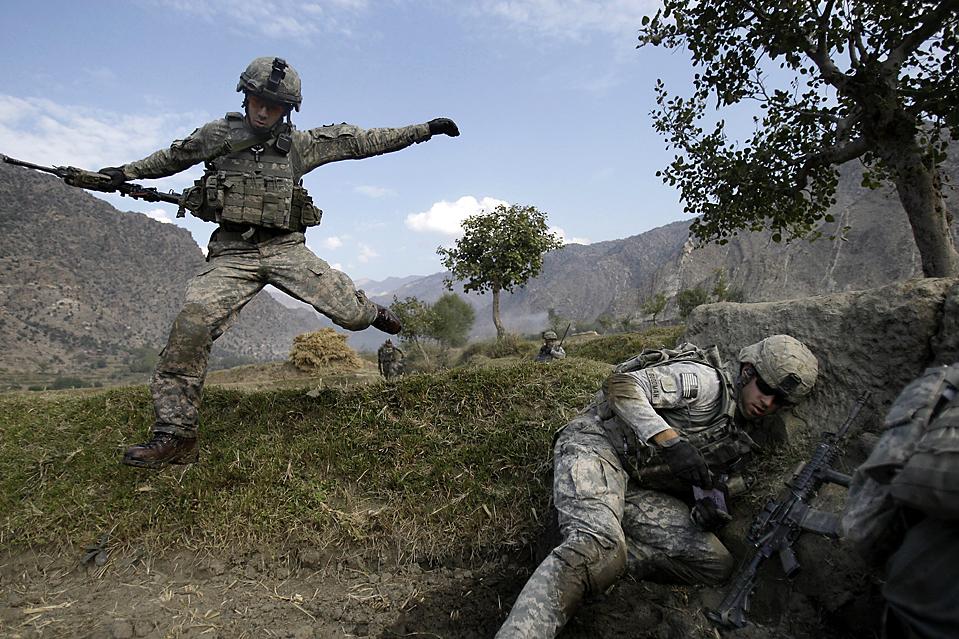 8) Капрал. Кейси Лиффиг (слева) и лейтенант Томас Гудвин попали в засаду талибов во время патрулирования в долине Печ, в афганской провинции Кунар. (David Guttenfelder/Associated Press)