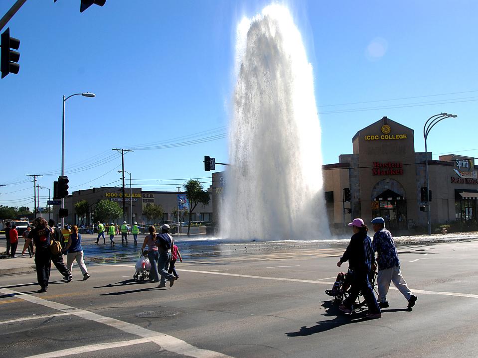 11) Фонтан воды хлещет на улице Лос-Анджелеса из поврежденного водопровода. Тысячи галлонов технической воды вылилось на Бульвар Ван Ньюс в Лос-Анджелесе, прежде чем коммунальные службы смогли обуздать этот поток. (Mike Meadows/Associated Press)