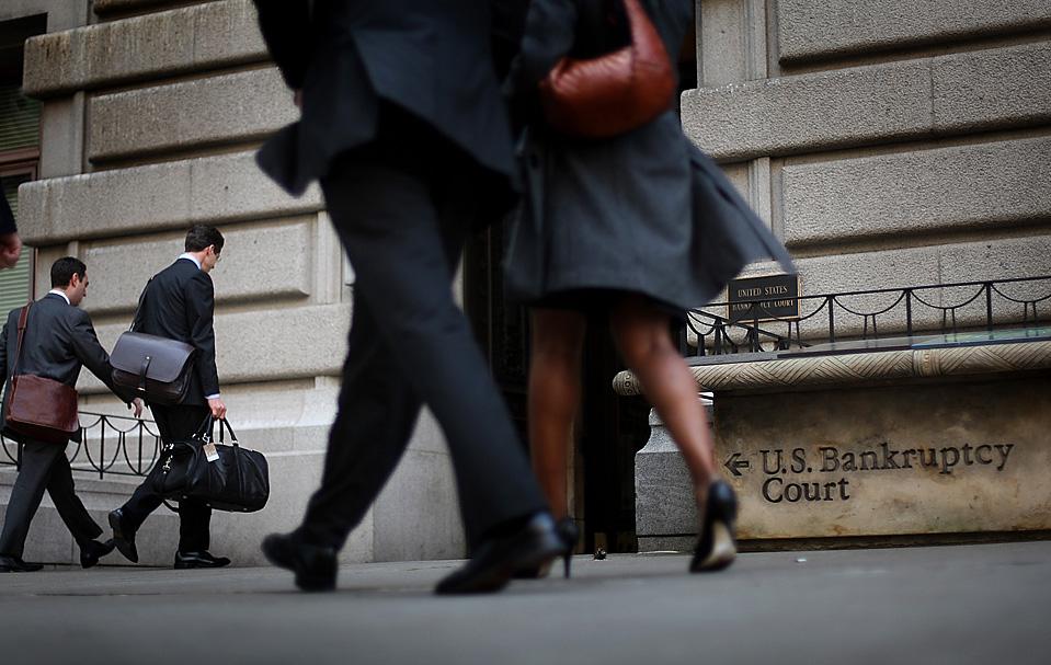 1) Люди заходят в суд США по банкротствам в Нью-Йорке, где проходили первоначальные слушания о банкротстве банковского холдинга CIT Group Inc, который являлся крупнейшим источником инвестиций для мелкого и среднего бизнеса в США. (David Goldman/Getty Images)