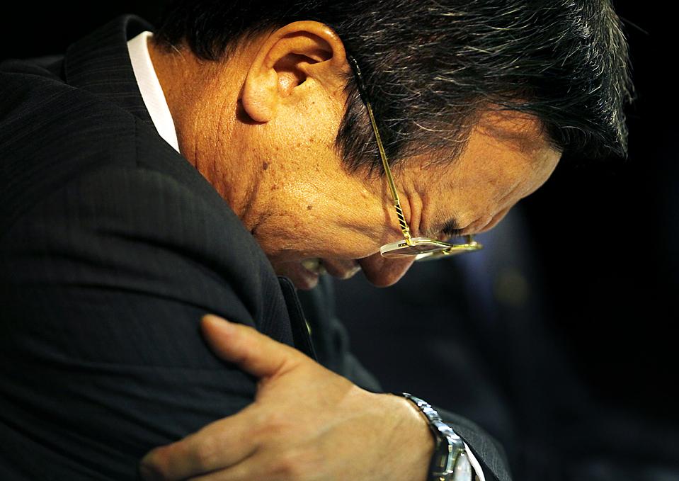 3) Тадаси Ямасита из компании Toyota во время пресс-конференции в Токио на которой было объявлено о выводе компании из гонок Формулы-Один. Представители «Toyota», одного из крупнейших автопроизводителей в мире,  заявили, что компания вынуждена сократить издержки и сосредоточиться на своей основной деятельности. (Junji Kurokawa/Associated Press)