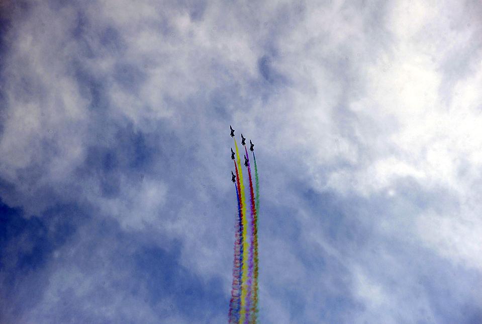 7) Пилотажная группа китайских военно-воздушных сил, состоящая из истребителей J-7GB, во время репетиции на окраине Пекина перед предстоящим празднованием 60-летия создания военно-воздушных сил КНР. (Joe Chan/Reuters)
