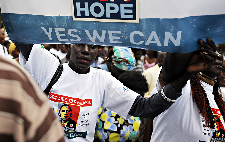 """8) Кенийцы провели шествие к месту проведения конференции Многосторонней инициативы по борьбе с малярией в Найроби, чтобы призвать к сбору средств для развития области исследований и распределения лекарств для борьбы со СПИДом, туберкулезом и малярией. Активисты скандировали: """"Yes We Can"""" (Да, мы можем!), лозунг избирательной кампании президента США Барака Обамы. (Mohamed Dahir/Agence-France Presse/Getty Images)"""