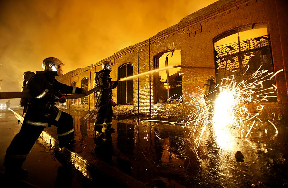 10) Пожарные сдерживают пламя на заводе пластмасс Ленформаш в центральной части Санкт-Петербурга, рано утром в среду. (Дмитрий Ловецкий/Associated Press)