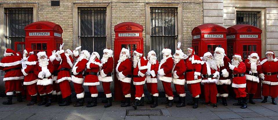 13) Люди из Лондонской школы Сант, в рождественских костюмах позируют фотографу в центре Лондона. (Sang Tan/Associated Press)