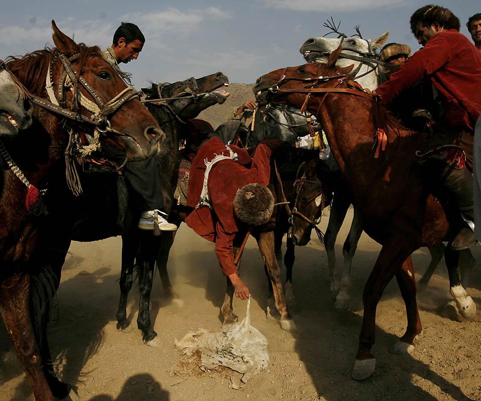 """10) Афганцы в Кабуле играют в старинную игру бузкаши, что в дословном переводе означает """"схватить козла"""". Спотривным снарядом в такой игре выступает обезглавленная туша козла. (Farzana Wahidy/Associated Press)"""