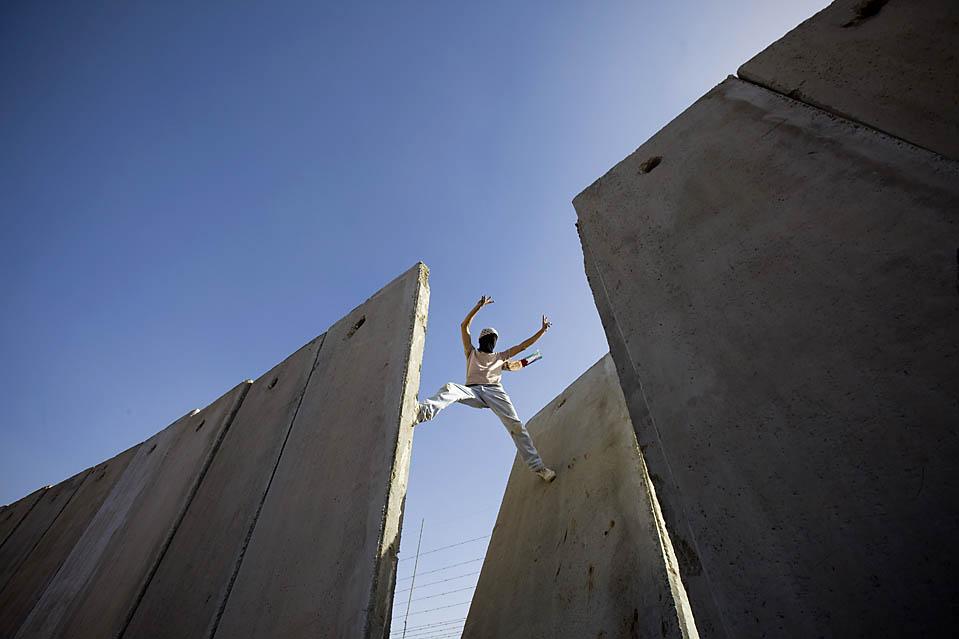 9) Палестинец выступает против барьера на Западном берегу в деревне Нилин, возле Рамаллы. (Bernat Armangue/Associated Press)