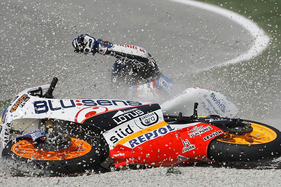 8) Участник гонок разбился во время тренировочного заезда на треке Рикардо Тормо в Честе в преддверии Гран-при Валенсии. (Heino Kalis/Reuters)