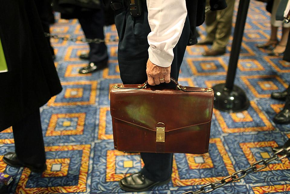 7) Человек стоит в очереди на ярмарке вакансий в Нью-Йорке, которая привлекла сотни людей. Уровень безработицы в США в октябре достиг 10,2%, это самый высокий показатель с 1983 года. (Spencer Platt/Getty Images)
