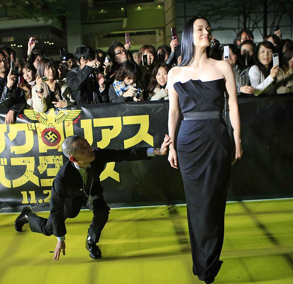 5) Актрису Джули Дрейфус, на красной ковровой дорожке пытается отвести в сторону сотрудник безопасности на японской премьере фильма «Бесславные ублюдки» в Токио. (Kim Kyung-Hoon/Reuters)
