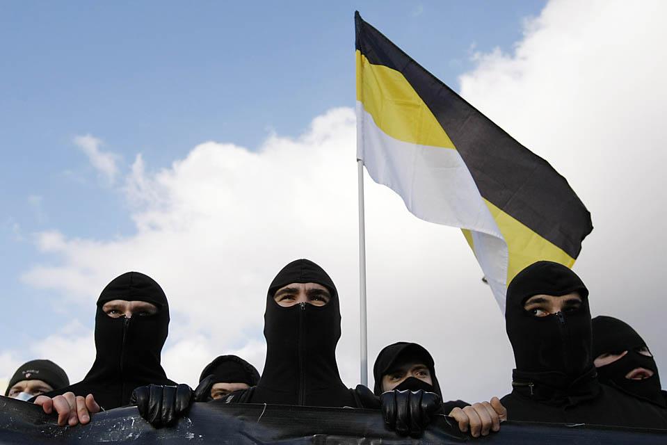 3) Русские ультра-националисты во время демонстрации на окраине Москвы, которую они провели в День народного единства. (Denia Sinyakov/Reuters)