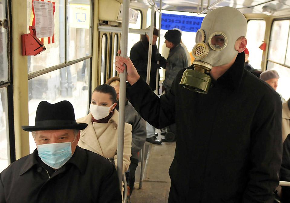2) Молодой человек в противогазе в автобусе в западно-украинском городе Львов. В Украине продолжается нагнетание паники связанной со свиным гриппом, которая может быть связана с предстоящими выборами президента. (Yuriy Dyachyshyn/AFP/Getty Images)